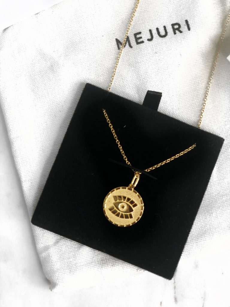 A necklace from Mejuri worn by beauty influencer Chimere Nicole.