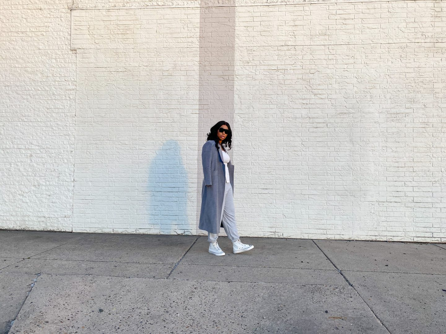 blogger wearing grey sweat pnats